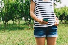 Nahaufnahme einer jungen Frau, die einen Smartphone verwendet Stockfotografie