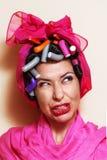 Nahaufnahme einer jungen Frau mit den Haarlockenwicklern, die eine Grimasse machen Lizenzfreies Stockbild