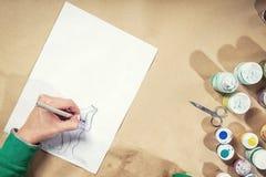 Nahaufnahme einer jungen Frau zeichnet Stockfotografie