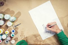 Nahaufnahme einer jungen Frau zeichnet Stockfotos