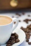 Nahaufnahme einer Kaffeetasse und des Kaffeeschleifers Stockfotografie