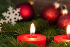 Nahaufnahme einer Kerze mit Weihnachtsdekoration Lizenzfreies Stockbild