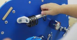 Nahaufnahme einer Kinderhand, die Metallringe auf einem beschäftigten Auto berührt stock video