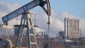 Nahaufnahme einer laufenden Pumpe für die Extraktion des Rohöls und des ` s des petrochemischen Werks leitet Emissionen stock footage