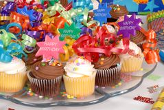 Nahaufnahme einer Mehrlagenplatte der kleinen Kuchen verziert mit alles Gute zum Geburtstag t Lizenzfreies Stockfoto
