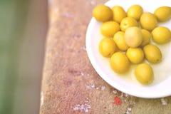 Nahaufnahme einer Olivenplatte auf einer Steinbank auf einer Seite des Bildes Stockbild