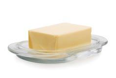 Nahaufnahme einer Platte mit organischer Butter, lokalisiert auf einem weißen Hintergrund Ein nahrhafter Block von Butter Natürli Stockbild
