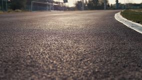 Nahaufnahme einer roten Tretmühle bei Sonnenuntergang mit einem laufenden Mann Das Konzept eines gesunden Lebensstils Sportleben stock video footage
