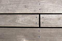 Nahaufnahme einer Schraube schraubte in hölzerne Planke Draufsicht mit Kopienraum Lizenzfreie Stockfotografie