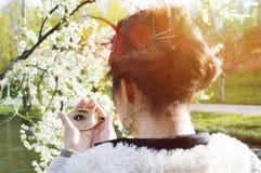 Nahaufnahme einer Spiegelreflexion des Auges einer Frau Stockfoto