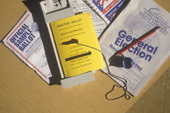 Nahaufnahme einer Wahlzelle mit Stimmzetteln, Stimmzettelmaschinen- und Wahlflugschriften, CA Stockfoto