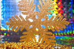 Nahaufnahme einer Weihnachtsschneeflocke auf buntem abstraktem Hintergrund Stockfotos