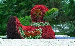 Nahaufnahme einer Zahl der Enten gemacht von den Blumen Stockfoto