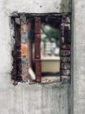 Nahaufnahme eines alten defekten Ziegelstein-Fensters stockbilder