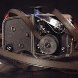 Nahaufnahme eines alten Filmes und die Innere einer Weinlesefilmkamera auf dem Tisch Stockbild