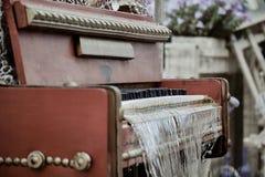 Nahaufnahme eines alten Klavierbrunnens mit Bratenfettwasser und unscharfem Hintergrund Stockbilder