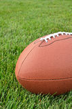 Nahaufnahme eines amerikanischen Fußballs auf Gras-Feld Stockbilder