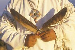 Nahaufnahme eines amerikanischen Ureinwohners, der zeremonielle Federn, Big Sur, CA hält Lizenzfreies Stockfoto