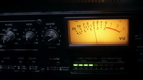 Nahaufnahme eines arbeitenden Audiokompressors in einem soliden Tonstudio stock video