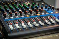 Nahaufnahme eines Audiomischers lizenzfreie stockfotos