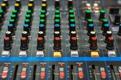 Nahaufnahme eines Audiomischers lizenzfreie stockbilder