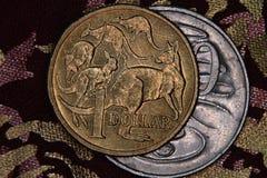 Nahaufnahme eines Australiers 1-Dollar- und 20 Centmünze Stockbilder