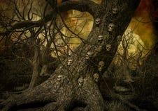 Nahaufnahme eines Baums voll der Schädel auf ihm lizenzfreie abbildung