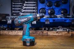 Nahaufnahme eines blauen modernen manuellen Schraubenziehers stockfotos