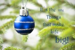 Nahaufnahme eines blauen Weihnachtsballs mit Leben-Zitat Stockbilder