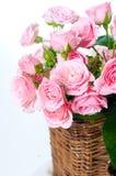 Nahaufnahme eines Blumenstraußes der rosafarbenen Rosen Stockbild