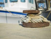 Nahaufnahme eines Bootes gebunden mit einem Seil auf einem Liegeplatz Stockbilder