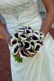 Nahaufnahme eines Brautholdingblumenstraußes Lizenzfreies Stockbild