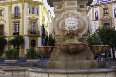 Nahaufnahme eines Brunnens im Quadrat von Virgen de Los Reyes und der Erzbischof Palace - einer der Marksteine der Stadt von Sevi stockbild
