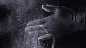 Nahaufnahme eines Chefs, der Mehl von den Händen abwischt Feld Zeitlupepartikel des Staub Klatschenchefs Klatschende Hände des Ch stock video footage