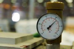 Nahaufnahme eines Druckmessers auf einer Maschine Stockfotos