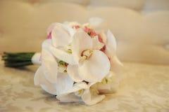 Nahaufnahme eines eleganten Hochzeitsblumenstraußes mit großen weißen Orchideen und Rosen stockfotos