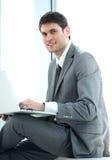 Nahaufnahme eines erfolgreichen jungen männlichen Blogger mit einem offenen Laptop s Stockbild