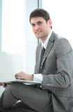 Nahaufnahme eines erfolgreichen jungen männlichen Blogger mit einem offenen Laptop s Lizenzfreie Stockbilder