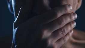 Nahaufnahme eines erschrockenen Mannes, der mit Furcht schreit Horror-Szene stock video