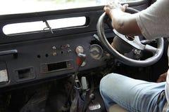 Nahaufnahme eines Fahrers in einem alten Geländefahrzeug lizenzfreies stockbild