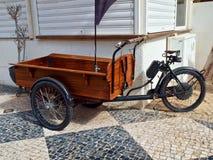 Nahaufnahme eines Fahrrades mit einem hölzernen Anhänger stockfotos