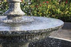 Nahaufnahme eines fallenden Wassers im Brunnen Lizenzfreie Stockbilder