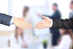 Nahaufnahme eines festen Händedrucks zwischen zwei Kollegen Stockbild