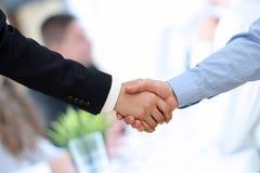 Nahaufnahme eines festen Händedrucks zwischen zwei Kollegen im Büro Lizenzfreies Stockbild