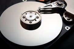 Nahaufnahme eines Festplattenlaufwerks des offenen Computers Stockbilder