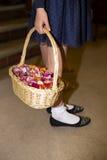 Nahaufnahme eines flowergirl, das einen Korb hält Lizenzfreies Stockfoto