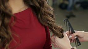 Nahaufnahme eines Friseurs, der Frisur für Mädchen tut stock video