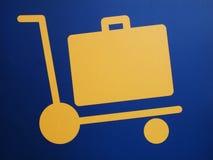 Nahaufnahme eines Gepäckwagen-Flughafenzeichens Stockbild