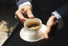 Nahaufnahme eines Geschäftsmannes, der Kaffee trinkt lizenzfreie stockbilder