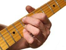 Nahaufnahme eines Gitarristen Fingering Chords gegen einen weißen Hintergrund Stockfoto